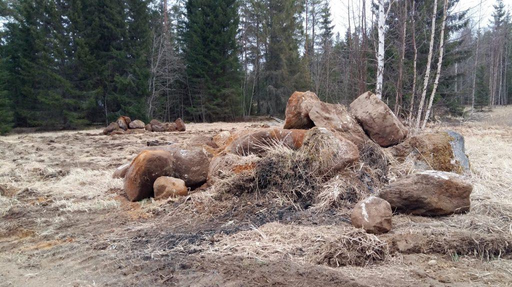 huonokuntoinen kivinen pelto