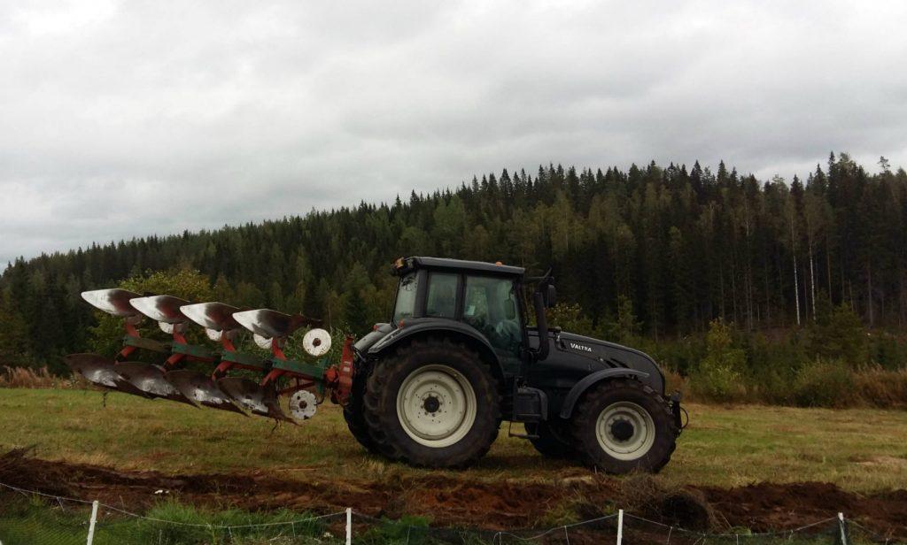 traktori kyntää Puskasta pelloksi - vanhan pellon kunnostus